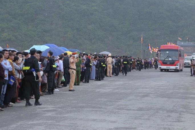 Hàng vạn người đổ về chùa Tam Chúc mừng đại lễ Phật đản Vesak 2019 - Ảnh 6.