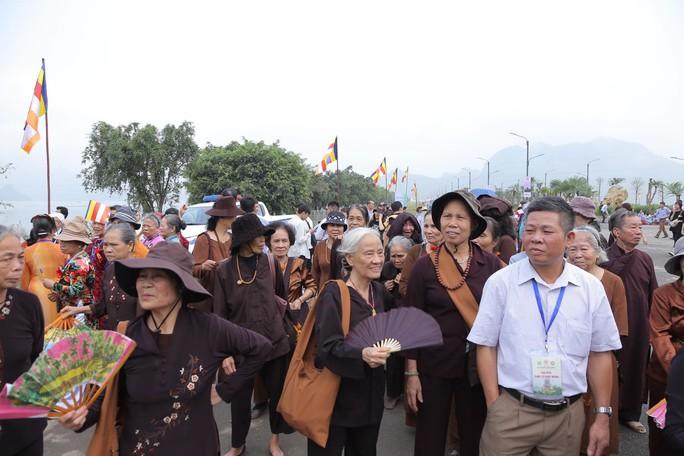 Hàng vạn người đổ về chùa Tam Chúc mừng đại lễ Phật đản Vesak 2019 - Ảnh 11.