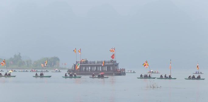 Hàng vạn người đổ về chùa Tam Chúc mừng đại lễ Phật đản Vesak 2019 - Ảnh 17.
