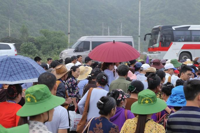 Hàng vạn người đổ về chùa Tam Chúc mừng đại lễ Phật đản Vesak 2019 - Ảnh 4.