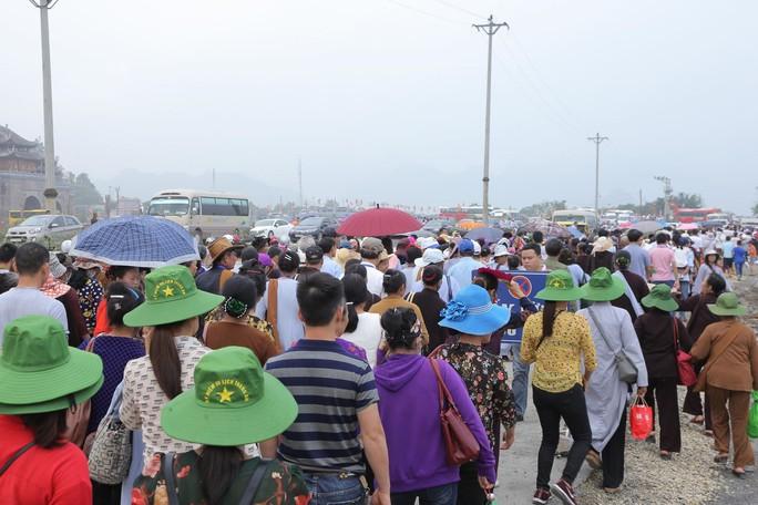 Hàng vạn người đổ về chùa Tam Chúc mừng đại lễ Phật đản Vesak 2019 - Ảnh 3.