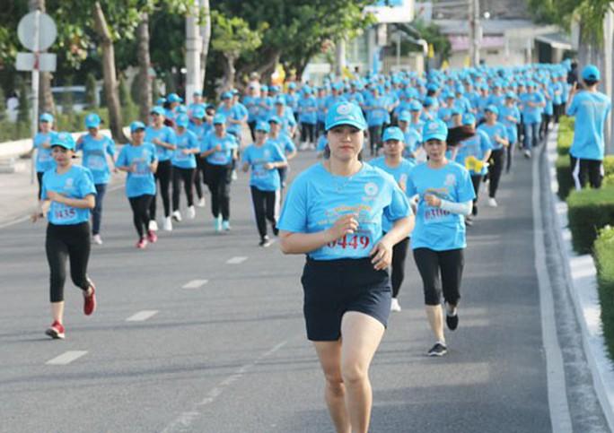 Khánh Hòa: Hơn 2.200 người lao động chạy bộ rèn luyện sức khỏe - Ảnh 1.