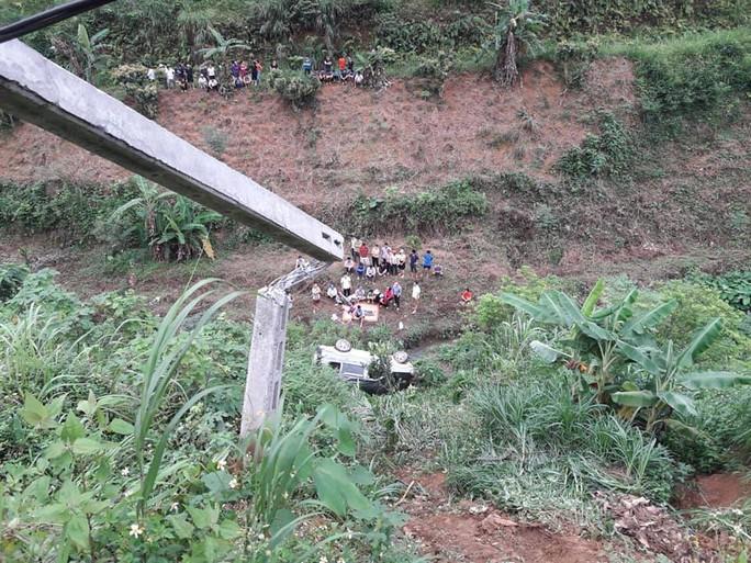 Ôtô chở 2 vợ chồng lao xuống vực sâu, chồng tử vong tại chỗ, vợ bị thương nặng - Ảnh 1.