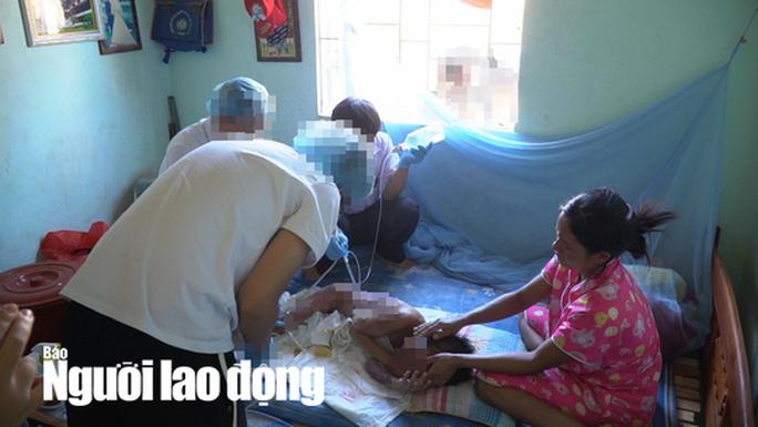 Vội vã đưa cháu bé bị phỏng đi chữa trị vì sợ gia đình ngăn cản - Ảnh 2.