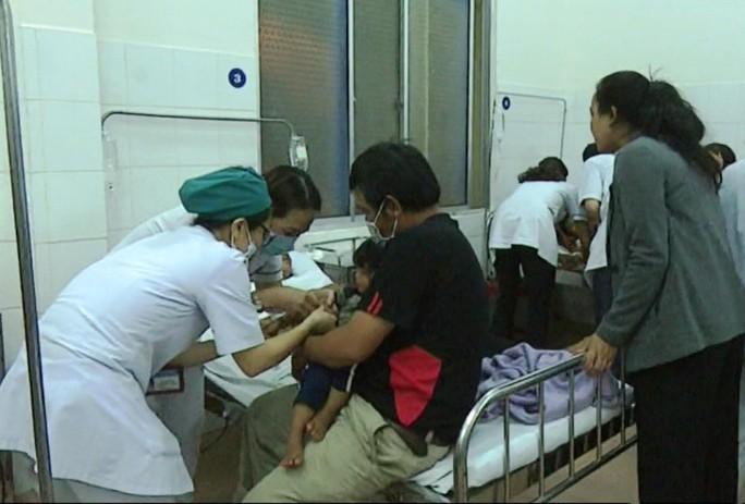 Hơn 130 người nhập viện cấp cứu sau tiệc cưới - Ảnh 3.