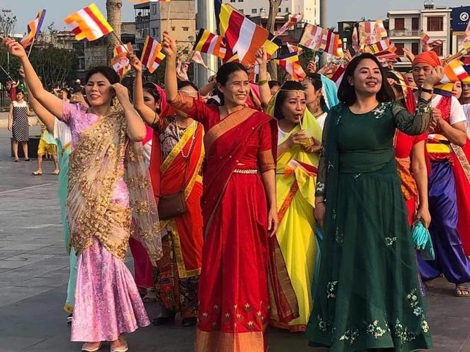 Giáo hội Quảng Ninh nói gì về việc bà Phạm Thị Yến tươi cười xuất hiện tại diễu hành mừng đại lễ Vesak? - Ảnh 1.