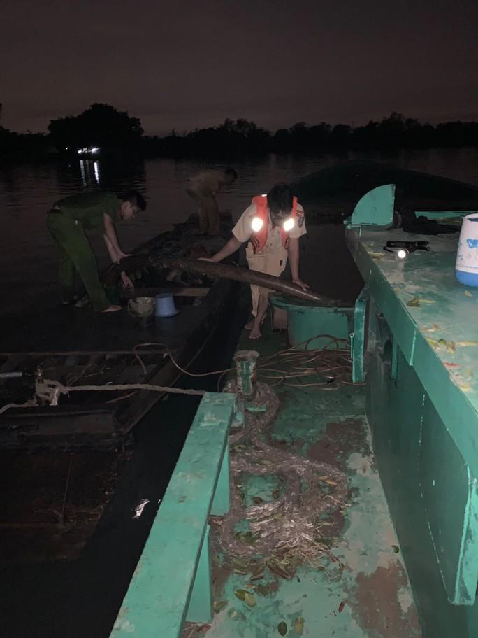CSGT nổ súng bắt hai cát tặc âm mưu nhấn chìm sà lan trên sông Đồng Nai - Ảnh 2.