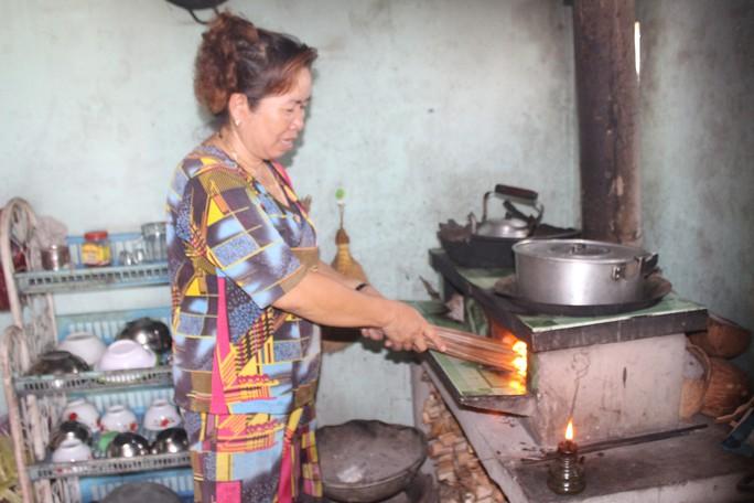 Dân ở xã nông thôn mới khốn khổ vì ban đêm phải đốt đèn dầu - Ảnh 2.