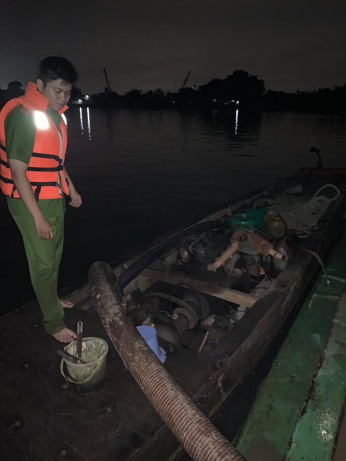 CSGT nổ súng bắt hai cát tặc âm mưu nhấn chìm sà lan trên sông Đồng Nai - Ảnh 3.