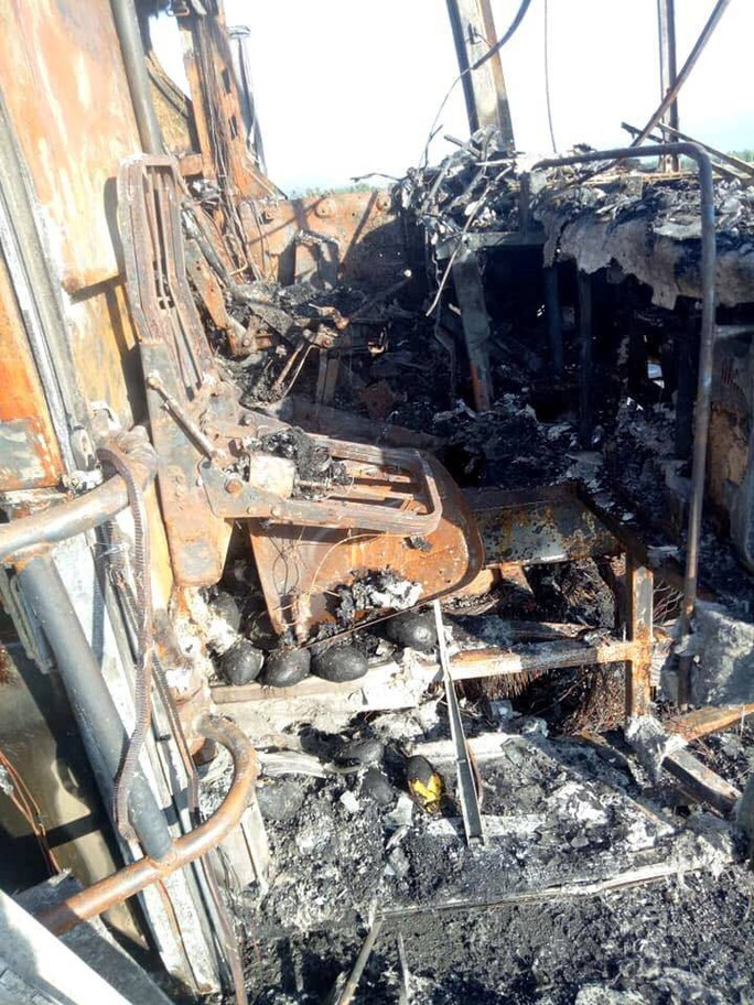 Ôtô giường nằm cháy trơ khung trên Quốc lộ 1 - Ảnh 2.