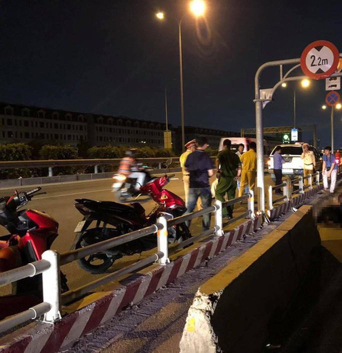Ôtô tràn vào làn xe máy trên đường dẫn cao tốc TP HCM - Long Thành - Dầu Giây - Ảnh 2.