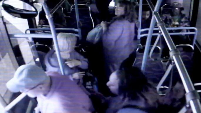 Cụ ông tử vong sau khi bị đẩy khỏi xe buýt - Ảnh 2.