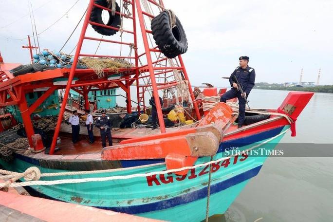 Malaysia bắt giữ 2 tàu cá Việt Nam cùng 29 ngư dân - Ảnh 1.