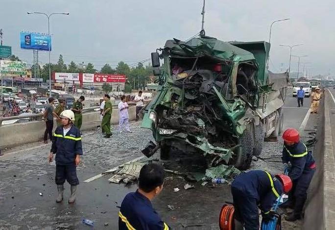 Tai nạn kinh hoàng giữa xe ben và xe tải trên cầu vượt An Sương - Ảnh 2.