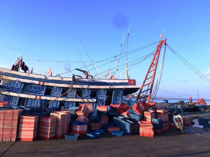 Hít phải khí độc trên tàu cá, 6 ngư dân thương vong - Ảnh 1.