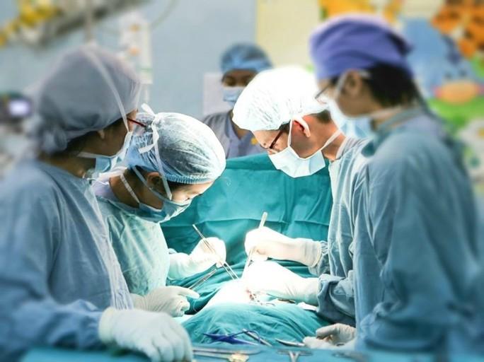 Người phụ nữ khổ sở phải ngủ ngồi vì khối u nặng 2 kg ở trung thất - Ảnh 1.