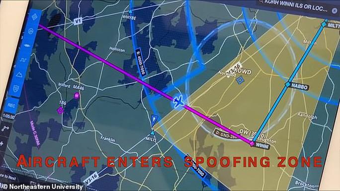 Hacker dễ dàng điều hướng máy bay hạ cánh với công cụ chỉ 600 USD - Ảnh 1.