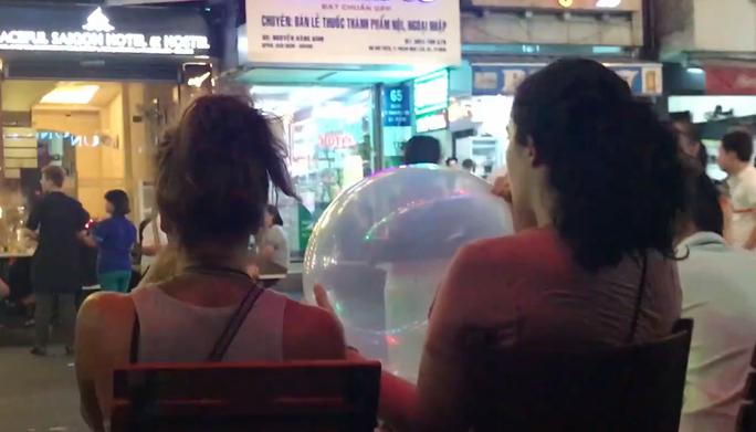 [VIDEO] - Bóng cười tràn ngập trung tâm TP HCM - Ảnh 3.
