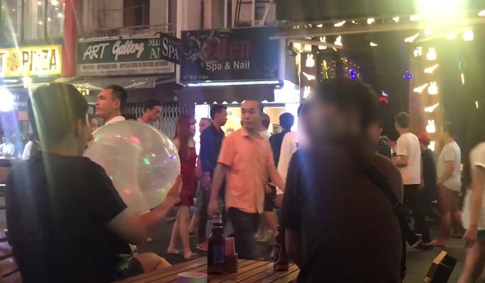 [VIDEO] - Bóng cười tràn ngập trung tâm TP HCM - Ảnh 4.
