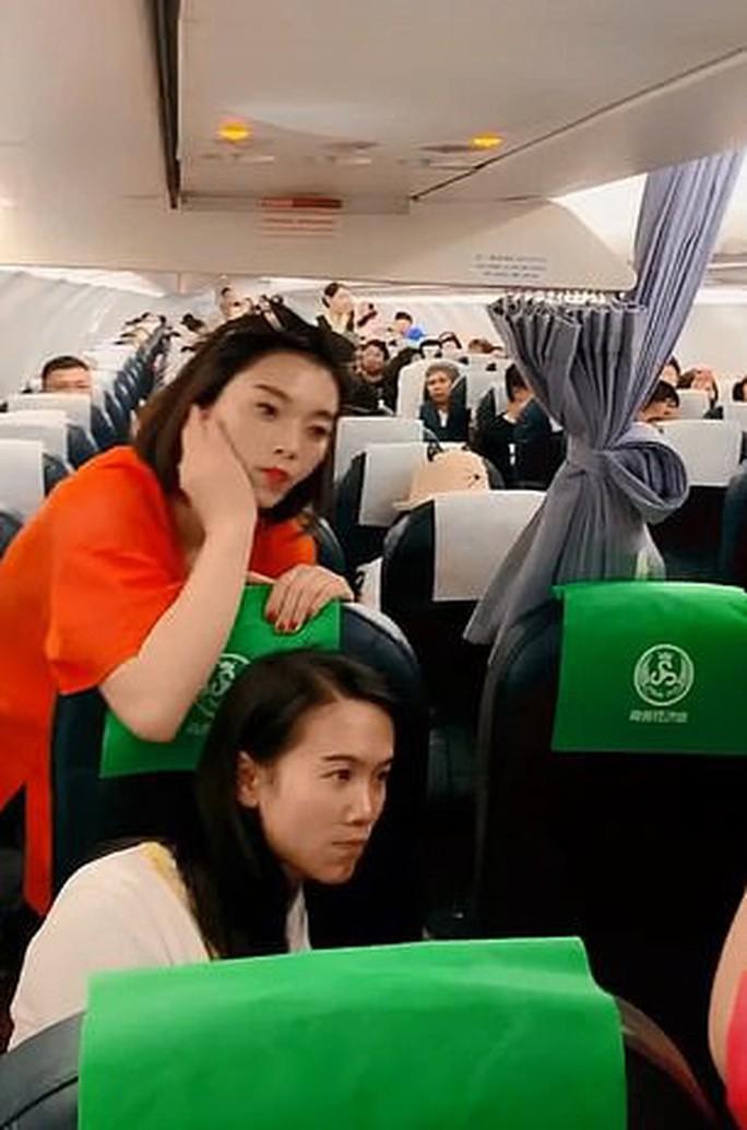 Trung Quốc: Mẹ ngăn máy bay cất cánh để chờ con gái mua sắm - Ảnh 4.