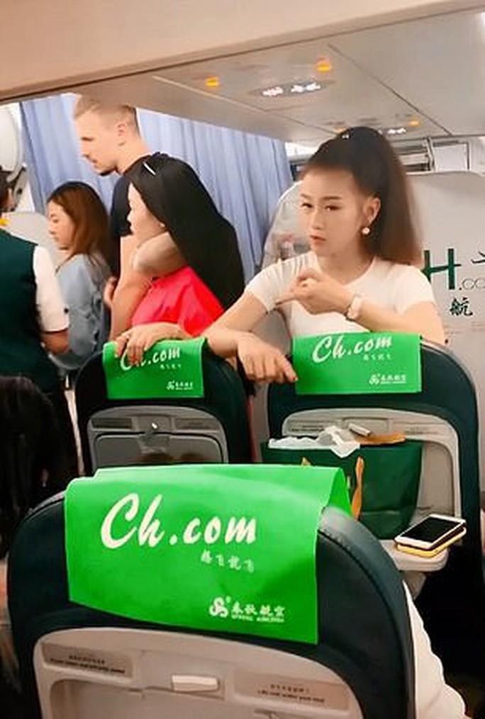 Trung Quốc: Mẹ ngăn máy bay cất cánh để chờ con gái mua sắm - Ảnh 3.