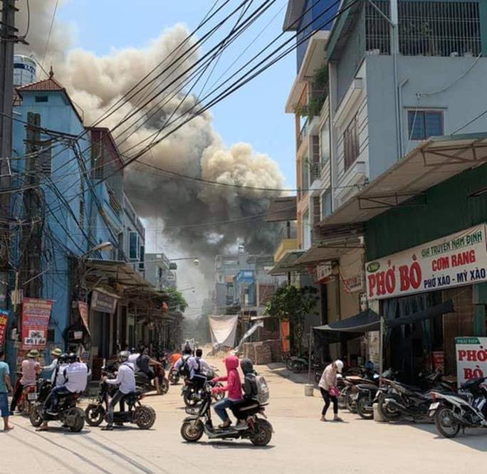 Đang cháy lớn hơn 2.000 m2 xưởng gỗ dưới trời nắng nóng - Ảnh 1.