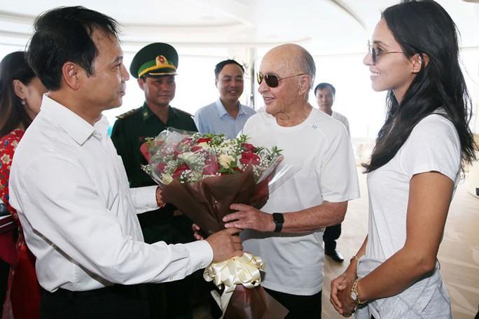 Cùng siêu du thuyền thăm vịnh Hạ Long, ông chủ Tottenham xem xét đưa đội bóng tới Việt Nam - Ảnh 3.