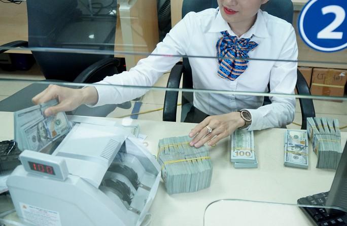 Giá USD ngân hàng lại tăng, giá vàng SJC giảm mạnh - Ảnh 1.
