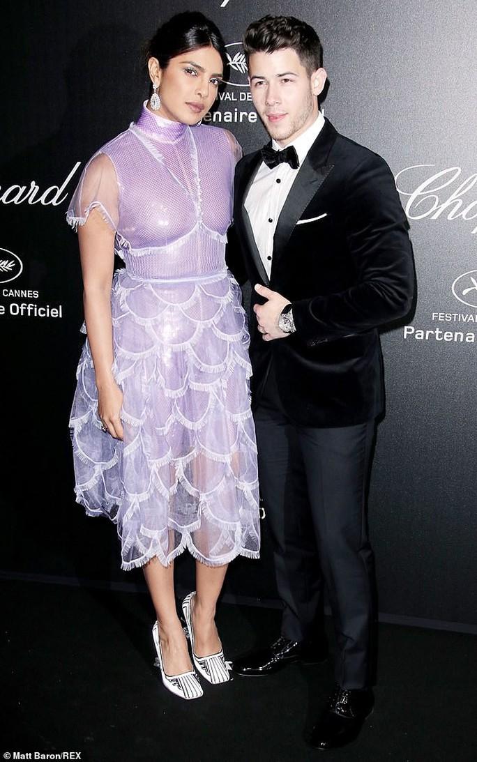 Cựu Hoa hậu Thế giới diện đầm tím, tình tứ cùng chồng ở tiệc Chopard - Ảnh 3.