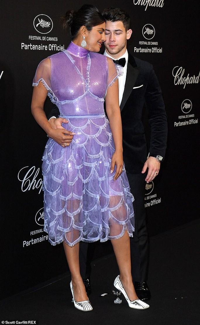 Cựu Hoa hậu Thế giới diện đầm tím, tình tứ cùng chồng ở tiệc Chopard - Ảnh 4.