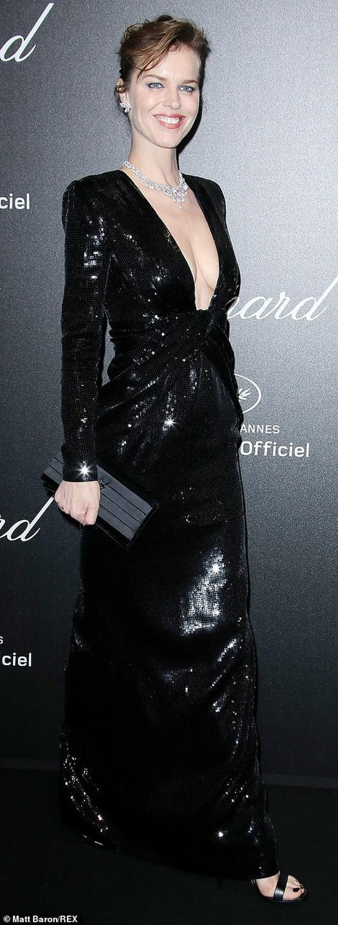 Cựu Hoa hậu Thế giới diện đầm tím, tình tứ cùng chồng ở tiệc Chopard - Ảnh 6.