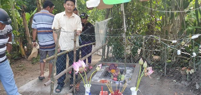 Chuyện lạ: Lập bàn thờ cúng bái... hoa xác thối - Ảnh 2.