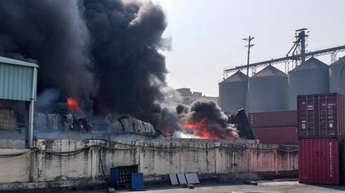 Cháy lớn, thiêu rụi hàng ngàn m2 nhà xưởng công ty sản xuất bao bì nhựa - Ảnh 2.