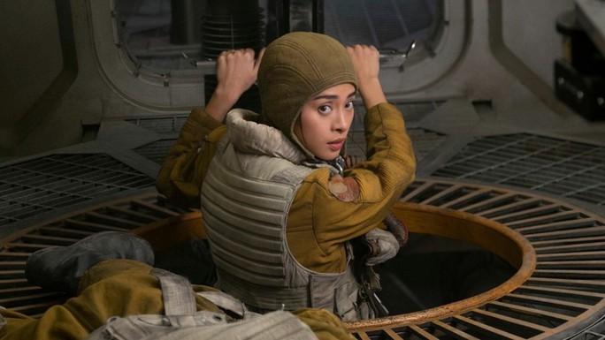 Đạo diễn thắng Oscar đăng ảnh Ngô Thanh Vân trên trường quay - Ảnh 3.