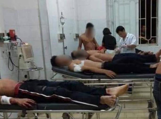 2 nhóm trai làng hỗn chiến khi đi tán gái, 6 người nhập viện - Ảnh 1.