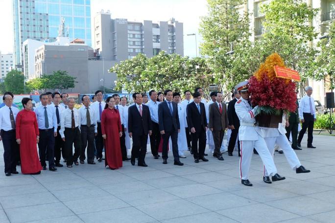 Lãnh đạo TP HCM dâng hương, dâng hoa Chủ tịch Hồ Chí Minh - Ảnh 1.