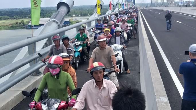 Người dân nô nức lưu thông qua cầu Vàm Cống - Ảnh 16.