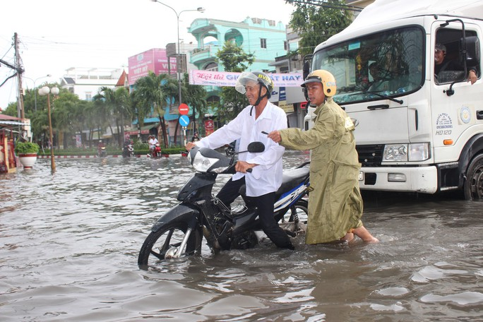 Sau cơn mưa trắng trời, CSGT Bạc Liêu giúp dân di chuyển trong biển nước  - Ảnh 12.