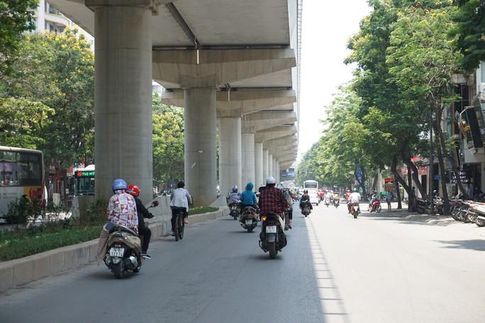 Hà Nội: Người dân vật vã dưới trời nắng nóng trên 40 độ C - Ảnh 4.