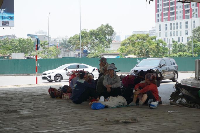 Hà Nội: Người dân vật vã dưới trời nắng nóng trên 40 độ C - Ảnh 11.