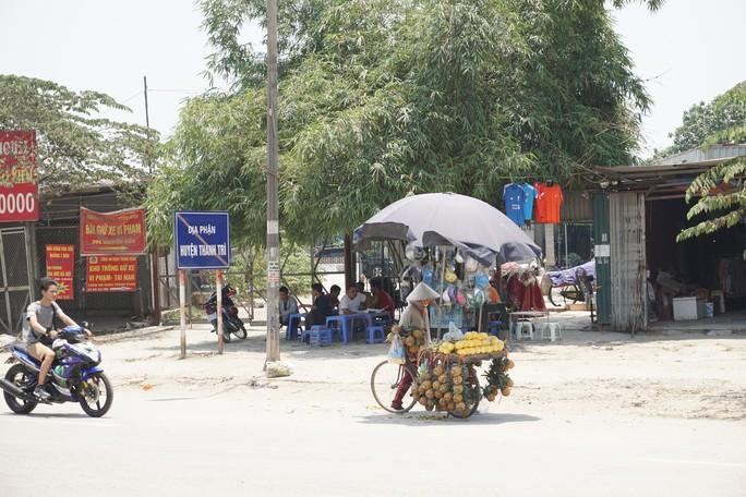 Hà Nội: Người dân vật vã dưới trời nắng nóng trên 40 độ C - Ảnh 20.
