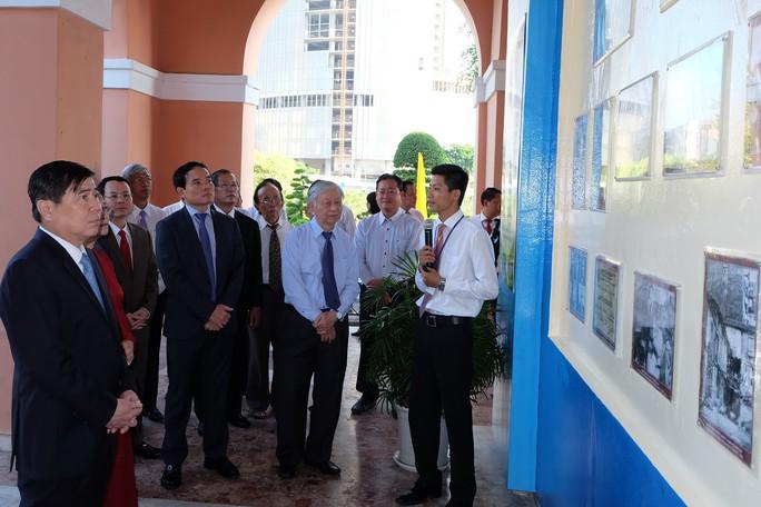 Lãnh đạo TP HCM dâng hương, dâng hoa Chủ tịch Hồ Chí Minh - Ảnh 2.