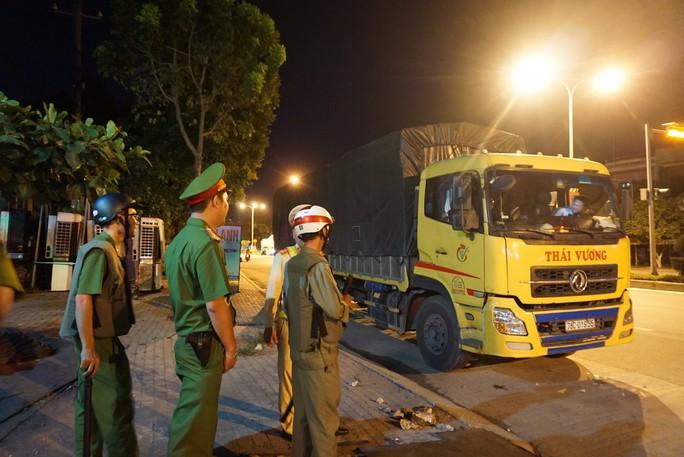 Bị phát hiện chở quá tải, tài xế xe tải cố thủ suốt 3 giờ trong cabin - Ảnh 1.