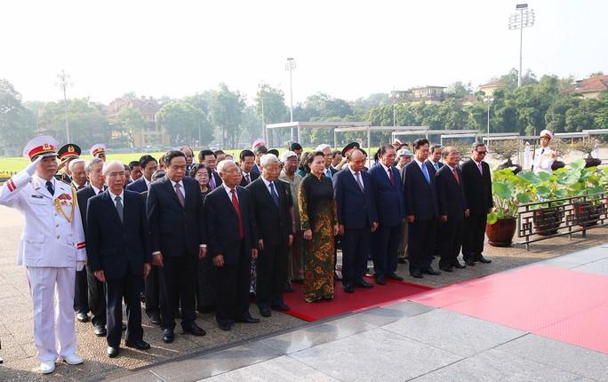 Lãnh đạo Đảng, Nhà nước vào Lăng viếng Chủ tịch Hồ Chí Minh - Ảnh 2.