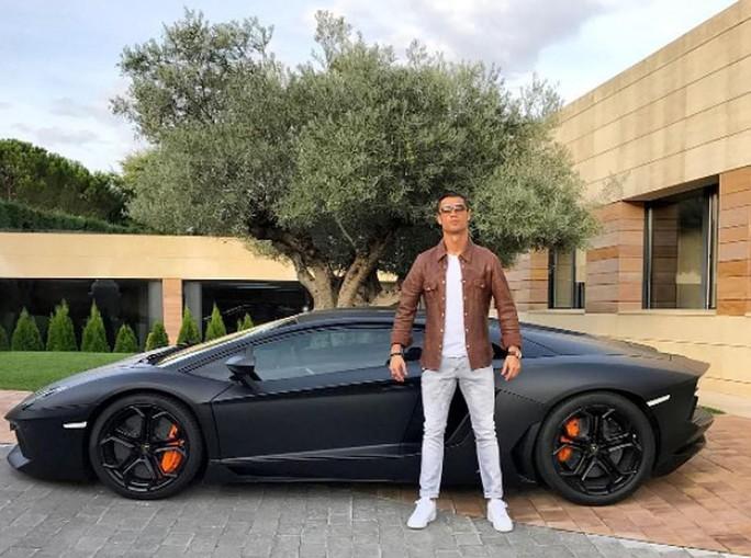 Ronaldo phóng tay tậu xe sang Bugatti La Voiture Noire 300 tỉ đồng - Ảnh 4.