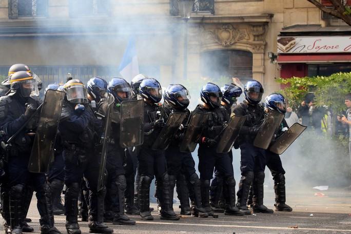 Hàng chục ngàn người biểu tình, Pháp chìm trong bạo loạn - Ảnh 2.