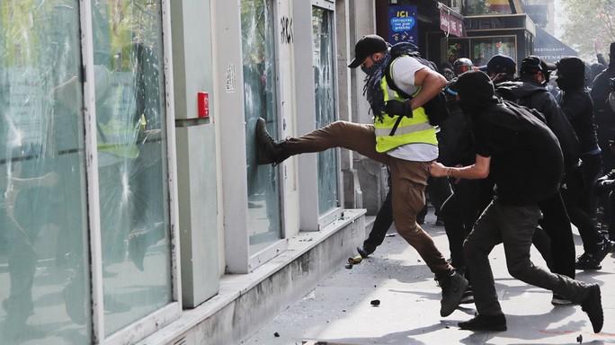 Hàng chục ngàn người biểu tình, Pháp chìm trong bạo loạn - Ảnh 6.