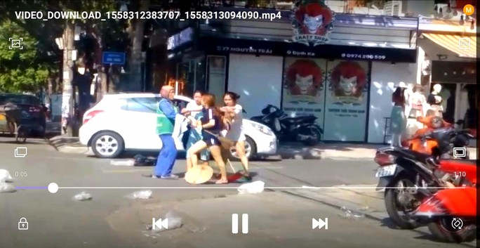 Chị lao công bị đánh vì nhắc nhở cô chủ shop áo quần vứt rác bừa bãi - Ảnh 1.