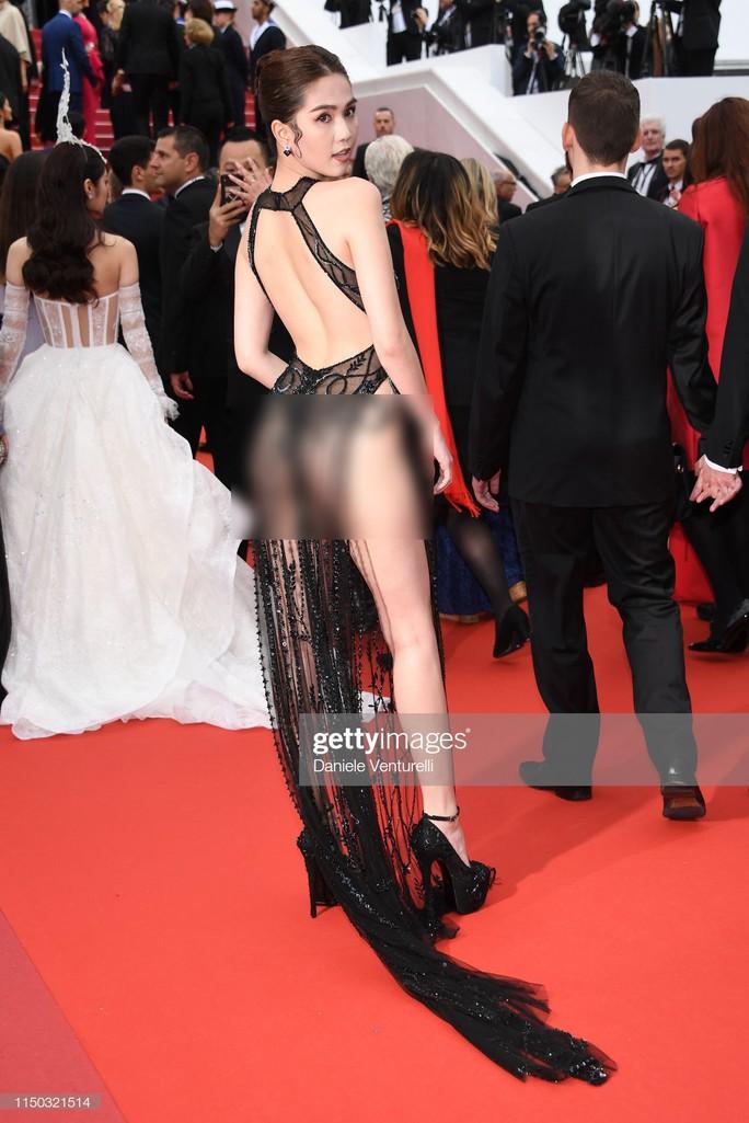 Khán giả Hàn thấy xấu hổ với chiếc váy không che đậy gì cả của Ngọc Trinh - Ảnh 1.