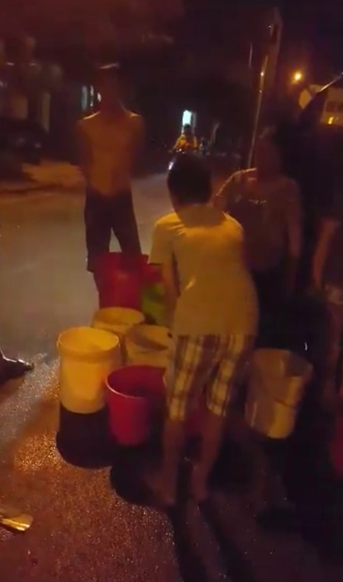 Đà Nẵng: Người dân vật vã dùng thùng nhựa đi hứng nước sạch - Ảnh 1.
